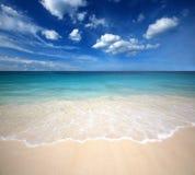 Punto di vista della natura del paesaggio della Tailandia del cielo blu della spiaggia del sole della sabbia di mare Fotografia Stock
