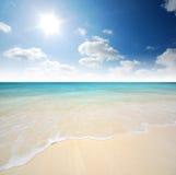 Punto di vista della natura del paesaggio della Tailandia del cielo blu della spiaggia del sole della sabbia di mare Immagini Stock Libere da Diritti
