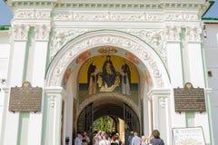 Punto di vista della parte superiore dell'arco del portone dell'entrata principale dei san nella st della trinità santa Fotografia Stock
