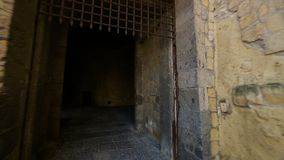 Punto di vista della persona che entra in vecchio castello abbandonato con i fantasmi, turismo video d archivio