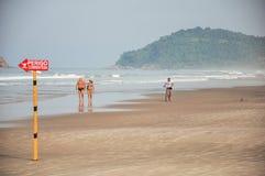 Punto di vista della sabbia, del mare, della foresta e della gente in un giorno soleggiato alla spiaggia di Juquey Fotografia Stock