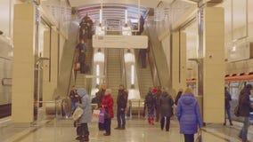 Punto di vista della scala mobile e della gente sul binario di nuova stazione della metropolitana Seligerskaya archivi video