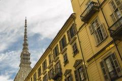 Punto di vista della talpa Antonelliana da una via a Torino Italia immagini stock