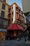 Punto di vista della via di Palma de Mallorca con architettura spagnola tipica Parasole rosso immagini stock