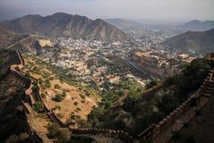 Punto di vista delle colline di Aravalli, di Amer e di Amer Fort dalla fortificazione di Nahargarh, Jaipur, Ragiastan, India immagine stock libera da diritti