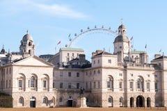 Punto di vista delle guardie di cavallo fotografate un giorno dell'inverno soleggiato La ruota di ferris di London Eye può essere fotografia stock
