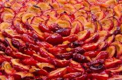 Punto di vista delle prugne divise in due saporite su una crostata al forno Fotografie Stock
