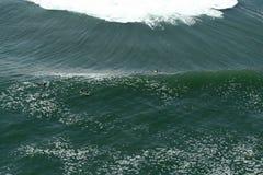 Punto di vista di Aereal dei surfisti durante il concorso Immagini Stock