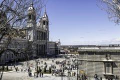 Punto di vista di Almudena Cathedral e del turista a Madrid Immagine Stock
