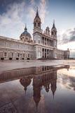 Punto di vista di Almudena Cathedral a Madrid, Spagna Riflessione sulla a Fotografie Stock Libere da Diritti
