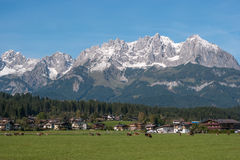 Punto di vista di Altay Alpes, villaggio e mucche di pascolo Fotografia Stock