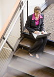 Punto di vista di alto angolo della donna di affari che lavora al computer portatile Fotografia Stock Libera da Diritti