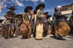 Punto di vista di angolo basso degli uomini quechua nell'Ecuador Immagine Stock