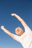 Punto di vista di angolo basso dell'uomo senior che si esercita contro il cielo blu Immagini Stock
