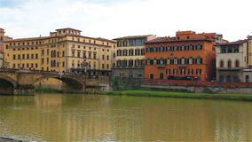 Punto di vista di Arno River dall'argine a Firenze, nel Ponte Vecchio archivi video