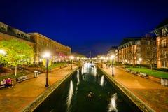 Punto di vista di Carroll Creek alla notte, in Frederick, Maryland immagini stock libere da diritti