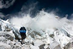 Punto di vista di Cho Oyu con il trekker Immagini Stock
