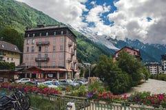 Punto di vista di costruzione, di insenatura, dei fiori e di Mont Blanc a Chamonix-Mont-Blanc Fotografia Stock