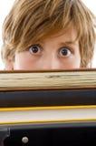 Punto di vista di Eyelevel del ragazzo con i libri Immagini Stock