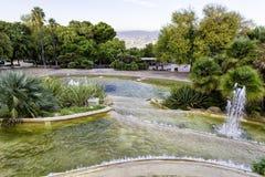 Punto di vista di Gardens del Mirador de Alcalde sul livello sopra la città di Barcellona Fotografie Stock