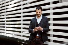 Punto di vista di giovane uomo attraente di affari che per mezzo dello smartphone Fotografia Stock Libera da Diritti