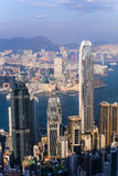 Punto di vista di Hong Kong da Victoria Peak alla baia ed al illuminati immagini stock