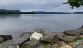 Punto di vista di Hudson River dal parco lungo del bacino, segnale, NY Immagini Stock Libere da Diritti