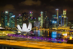Punto di vista di Marina Bay Sands dall'aletta di filatoio di Singapore alla notte a Singapore Fotografia Stock