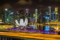 Punto di vista di Marina Bay Sands dall'aletta di filatoio di Singapore alla notte a Singapore Immagine Stock