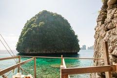 Punto di vista di Maya Bay, isola di Phi Phi, Tailandia, Phuket Vista sul mare della provincia di Krabi tropicale dell'isola Fotografia Stock Libera da Diritti