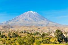 Punto di vista di Misty Volcano a Arequipa, Perù, Sudamerica immagine stock libera da diritti