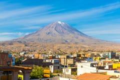 Punto di vista di Misty Volcano a Arequipa, Perù, Sudamerica immagine stock