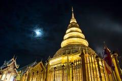 Punto di vista di Nightscape di Wat Phra That Hariphunchai fotografia stock libera da diritti