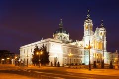 Punto di vista di notte di Almudena Cathedral. Madrid Fotografie Stock