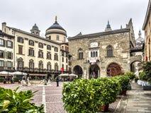 Punto di vista di Palazzo del Podesta in vecchia città, Bergamo, Italia Immagine Stock