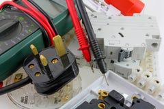 Punto di vista di piano degli elettricisti che collaudano l'attrezzatura del multimetro Fotografia Stock