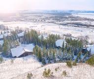 Punto di vista di piccoli cabine ed abeti di legno al tramonto Fotografie Stock Libere da Diritti
