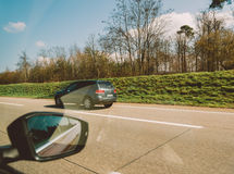 Punto di vista di POV del passeggero che esamina Volkswagen Touareg SUV Immagini Stock