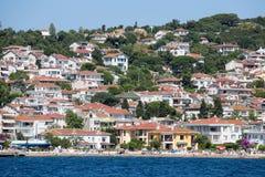 Punto di vista di principi Islands del pendio di collina di Burgaz Adasi con alloggio residenziale di lusso sulla costa, Turchia Fotografia Stock