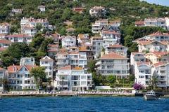 Punto di vista di principi Islands del pendio di collina di Kinaliada con alloggio residenziale di lusso sulla costa, Turchia Immagini Stock