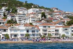 Punto di vista di principi Islands del pendio di collina di Kinaliada con alloggio residenziale di lusso sulla costa, Turchia Immagini Stock Libere da Diritti