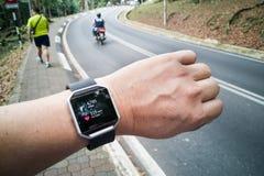 Punto di vista di prospettiva della persona che controlla l'orologio dell'inseguitore durante i exercis Immagine Stock