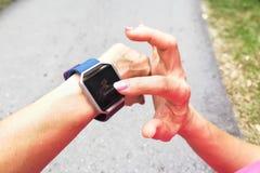 Punto di vista di prospettiva della persona che controlla l'orologio dell'inseguitore durante i exercis Fotografie Stock Libere da Diritti