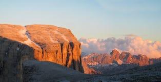Punto di vista di Rocky Dolomite Alps al tramonto Fotografia Stock