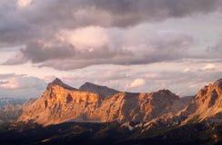 Punto di vista di Rocky Dolomite Alps al tramonto Immagini Stock