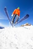 Punto di vista di salto dello sciatore da sotto durante il giorno di inverno Immagine Stock Libera da Diritti