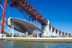 Punto di vista di Santo Amaro Dock sulla banca del Tago del fiume, Lisbona, Portogallo Fotografie Stock