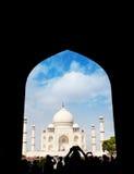 Punto di vista di Taj Mahal dalla siluetta dell'arco fotografia stock
