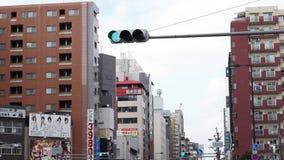 Punto di vista di traffico e della gente che si muovono tramite le strade affollate della città con la vista dei negozi lungo il  video d archivio