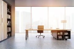 Punto di vista di un CEO ufficio con le porte di legno e uno scaffale, tonificato Fotografia Stock Libera da Diritti